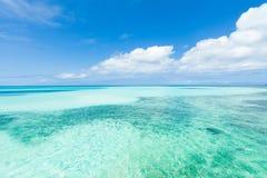 Tropischer Strand des weißen Sandes, blaues korallenrotes Wasser des freien Raumes Lizenzfreie Stockbilder