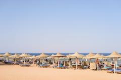 Tropischer Strand an einem gehobenen Badeort Lizenzfreies Stockbild