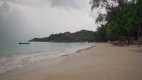 Tropischer Strand im regnerischen wolkigen Wetter stock video