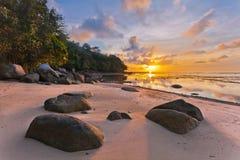 Tropischer Strand im Sonnenuntergang lizenzfreie stockbilder