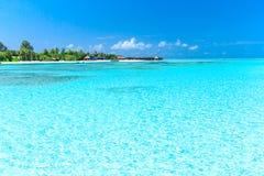 Tropischer Strand in Malediven stockfotos