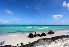 Tropischer Strand mit Bananenboot lizenzfreie stockfotografie