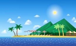 Tropischer Strand mit Bergen Stockfotos