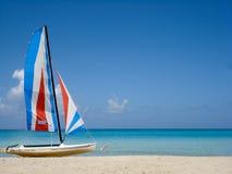 Tropischer Strand mit buntem Boot Lizenzfreies Stockfoto