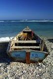Tropischer Strand mit einem Boot lizenzfreies stockbild