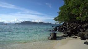 Tropischer Strand mit Felsen und Baum stock video footage