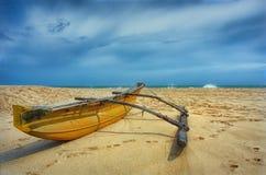 Tropischer Strand mit Fischerboot Stockbilder