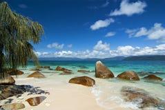 Tropischer Strand mit Fluss-Steinen lizenzfreies stockfoto