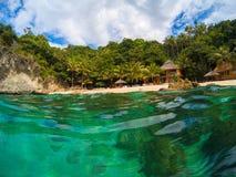Tropischer Strand mit grünen Bäumen und Bungalow nehmen Zuflucht Romantischer Ferienplatz Stockbild