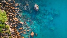 Tropischer Strand mit Meer und Palme genommen vom Brummen Strand Anse Lazio in Praslin-Insel, Seychellen Ferienfeiertagskonzept stockbild