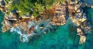 Tropischer Strand mit Meer und Palme genommen vom Brummen Strand Anse Lazio in Praslin-Insel, Seychellen Ferienfeiertagskonzept stockfotos
