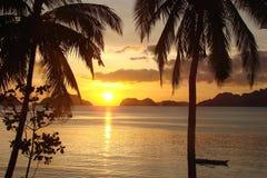 Tropischer Strand mit Palmen bei Sonnenuntergang, EL Nido, Palawan-Insel in den Philippinen Lizenzfreie Stockbilder