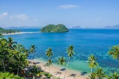 Tropischer Strand mit Palmen Viele Inseln im Ozean im Hintergrund, EL Nido, Palawan, Philippinen Lizenzfreies Stockfoto