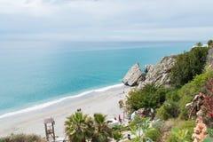 Tropischer Strand mit Türkiswasser in Nerja südlich von Spanien lizenzfreie stockbilder