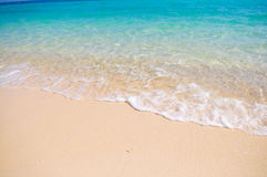Tropischer Strand mit weißem korallenrotem Sand Stockfotografie