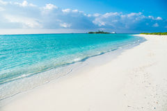 Tropischer Strand mit weißem Sand, Malediven Lizenzfreies Stockfoto