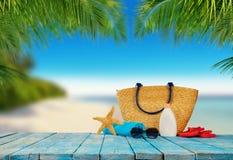 Tropischer Strand mit Zubehör auf hölzernen Planken, Sommerferien lizenzfreie stockbilder