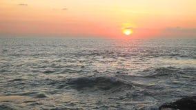 Tropischer Strand am schönen Sonnenuntergang stock footage