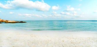 Tropischer Strand am Sommer Stockbilder