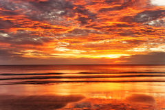 Tropischer Strand am Sonnenuntergang. Lizenzfreie Stockfotos