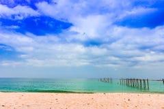 Tropischer Strand Thailands, alte Brücke Lizenzfreies Stockfoto