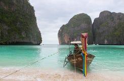 Tropischer Strand, traditionelles Boot des langen Schwanzes, berühmte Maya Bay, Krabbi, in Thailand stockbilder
