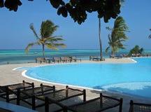 Tropischer Strand u. Pool Lizenzfreies Stockfoto