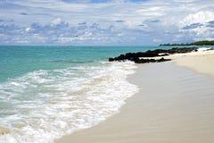 Tropischer Strand und bewölkter blauer Himmel lizenzfreies stockbild