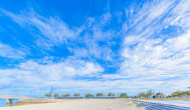 Tropischer Strand und blauer Himmel von Okinawa lizenzfreie stockfotos