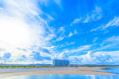 Tropischer Strand und blauer Himmel von Okinawa lizenzfreie stockbilder