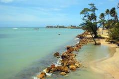 Tropischer Strand und blauer Ozean auf einer tropischen Insel Stockbild