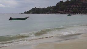 Tropischer Strand und Boot im regnerischen wolkigen Wetter stock video