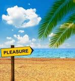 Tropischer Strand und Richtungstafel, die VERGNÜGEN sagt stockfotos