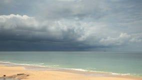 Tropischer Strand unter düsterem Himmel stock video