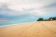 Tropischer Strand unter düsterem Himmel Lizenzfreies Stockfoto