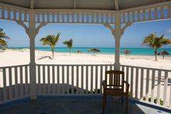 Tropischer Strand vom Gazebo stockbilder