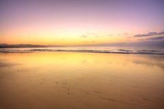 Tropischer Strand vor Sonnenaufgang Stockfotografie