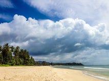 Tropischer Strand, weiße Wolken Lizenzfreie Stockfotos