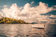 Tropischer Strandhintergrund der Weinlese mit einer weißen Yacht Stockfotos