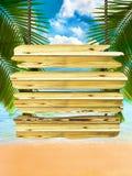 Tropischer Strandhintergrund mit exotischem hölzernem Vorstandzeichen Lizenzfreies Stockfoto