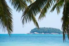 Tropischer Strandhintergrund tagsüber lizenzfreie stockfotografie