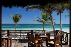 Tropischer Strandpatio Lizenzfreie Stockfotos