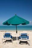 Tropischer Strandregenschirm stockfotos