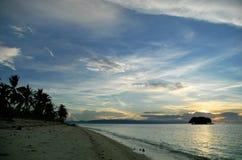 Tropischer Strandsonnenaufgang Lizenzfreie Stockbilder