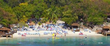 Tropischer Strandurlaubsort lizenzfreie stockfotografie