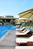 Tropischer Strandurlaubsorthotel-Swimmingpool Stockfoto