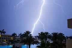 Tropischer Sturm mit Blitz im Hotelerholungsort Stockbild