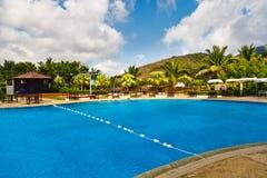 Tropischer Swimmingpool Lizenzfreie Stockfotos