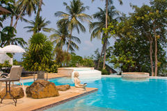 Tropischer Swimmingpool in Thailand Stockfoto