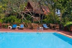 Tropischer Swimmingpool in Thailand Stockfotos